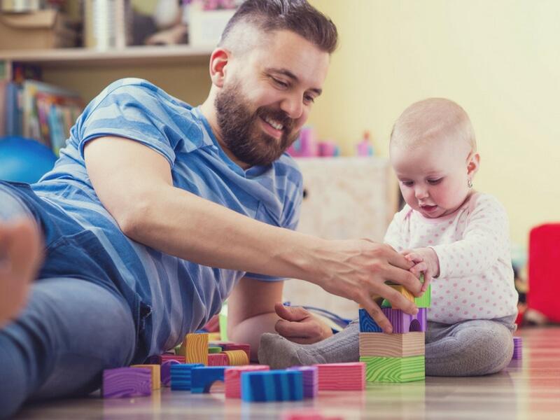 Phụ nữ sau sinh nên chia sẻ việc chăm sóc con với người thân